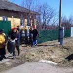 Активисты Киргинской школы помогают ветеранам в уборке территории